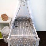 łóżeczko dziecięce z moskitierą